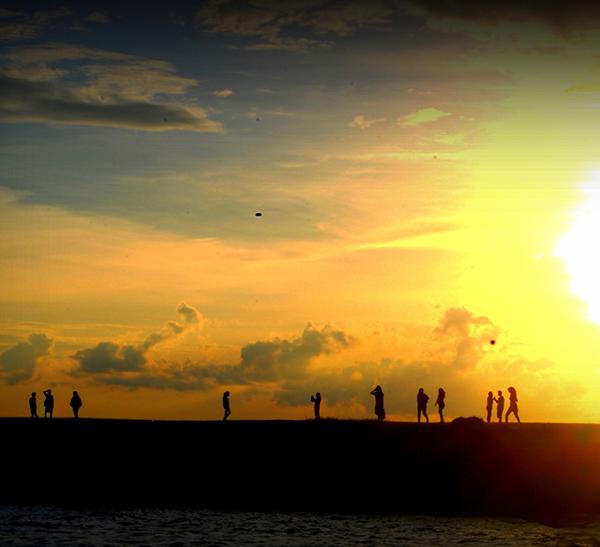 BERSIH DAN INDAH: View senja saat masyarakat bersantai di Pantai Kilang Kota Balikpapan.
