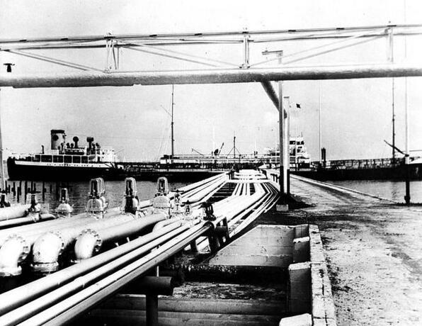 Wadjah kawasan salah satu jembatan dan pipa-pipadi kilang minyak tahun 1953.