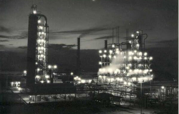 Salah satu tempat penyulingan minyak diPertamina sekitar tahun 1950-1960an