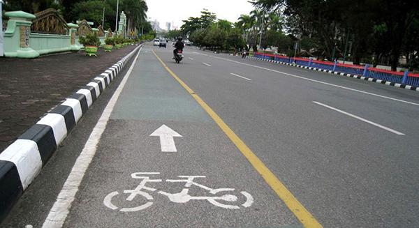 FASILITAS PUBLIK : Jalur sepeda di jalan-jalan protokol