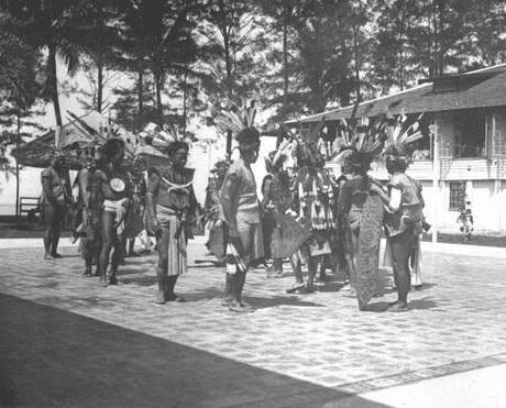 Tarian dayak yang di tampilkan saatkunjungan Gubernur Belanda di tahun 1924