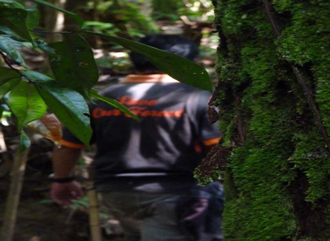 PERLENGKAPAN KHUSUS: Ini masuk hutan, selain mental, siapkan perlengkapan standar.Sepatu boot dan lotion anti nyamuk salah satunya.