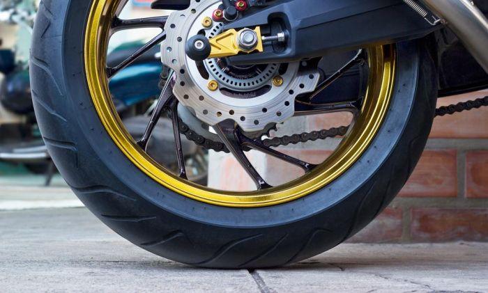 Teknologi ABS pun kini populer diterapkan pada motor