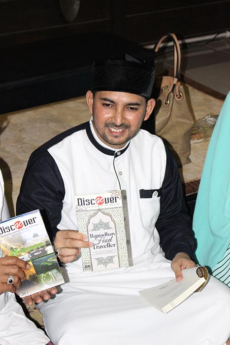 Ustadz Ahmad Al-Habsyi memegang majalah Discover Balikpapan