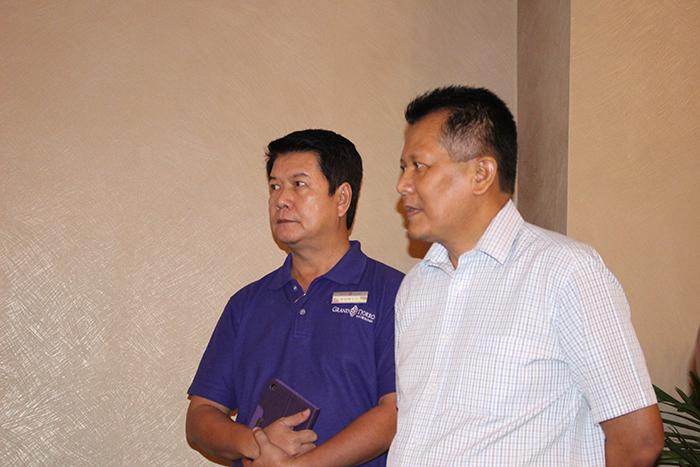 General Manager Grand Tjokro Hotel Balikpapan Yono Budiarto (baju putih) bersama dengan Director of Sales and Marketing Suryo Saputro.