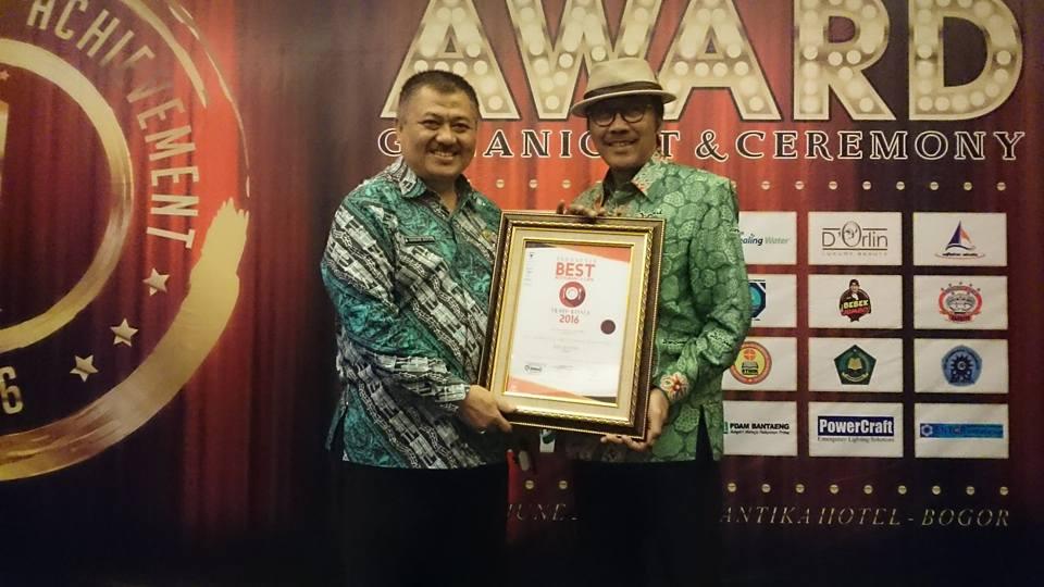PRESTISIUS : Rudy Setiawan (kanan) menerima penghargaan Indonesia Best Restaurant & Cafe 2016 di Bogor, Jawa Barat.