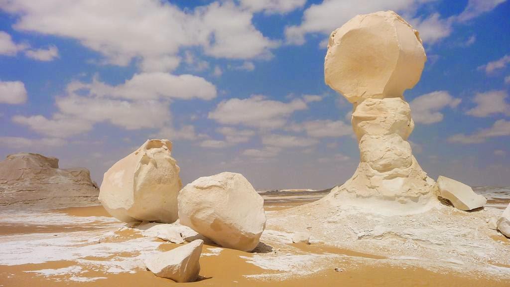 DISELIMUTI KAPUR: Warna putih di atas gurun pasir di Mesir ini berasal dari bebatuan kapur yang terbentang sepanjang 20 km.