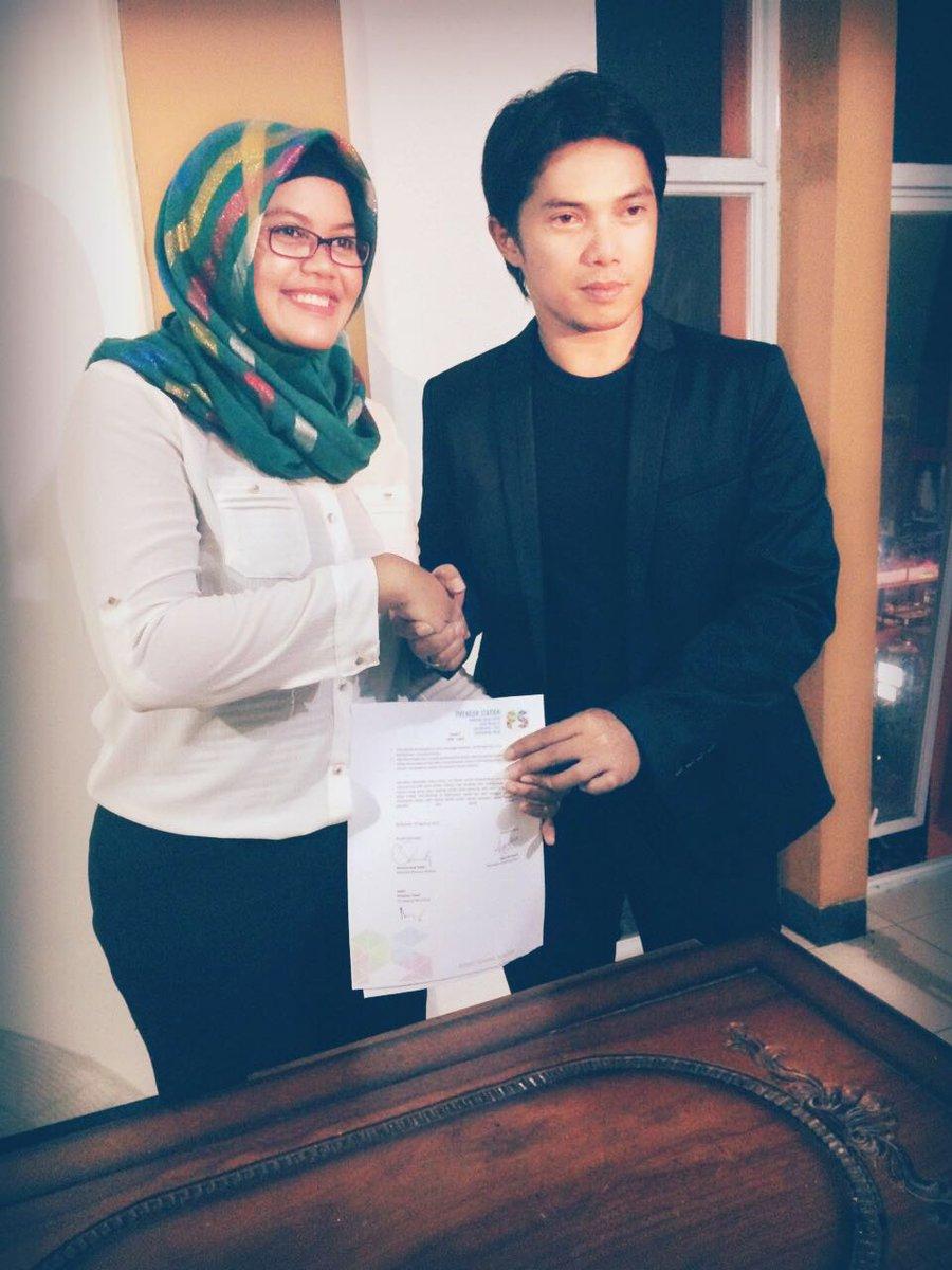 MELANJUTKAN TREN: Pemilik Kepiting Eksis Tina bersama Presiden Preneur Station sesaat setelah menandatangani MoU kerjasama.
