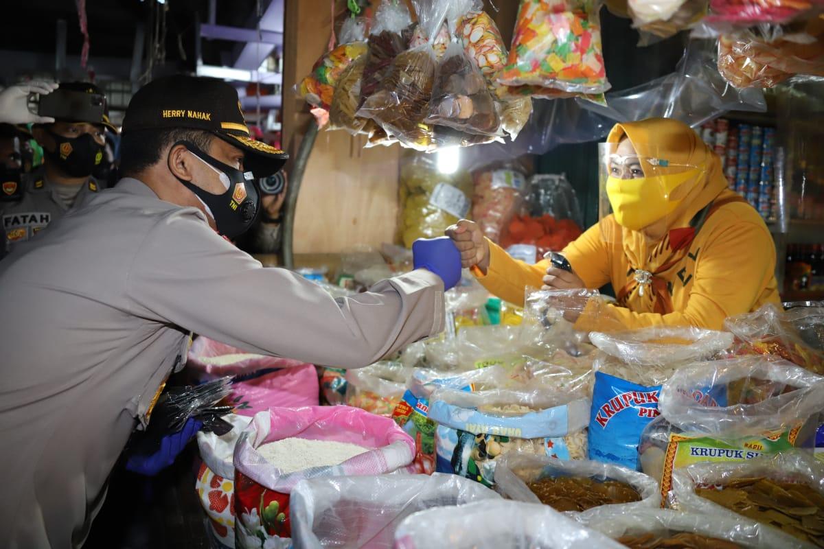 Langsung 'Nyetel', Kapolda Kaltim Ikut Bagikan Masker bersama Wali Kota Balikpapan dan Pangdam Mulawarman